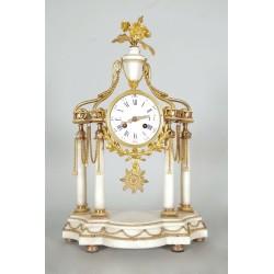 Louis XVI Stil Uhr aus vergoldeter Bronze